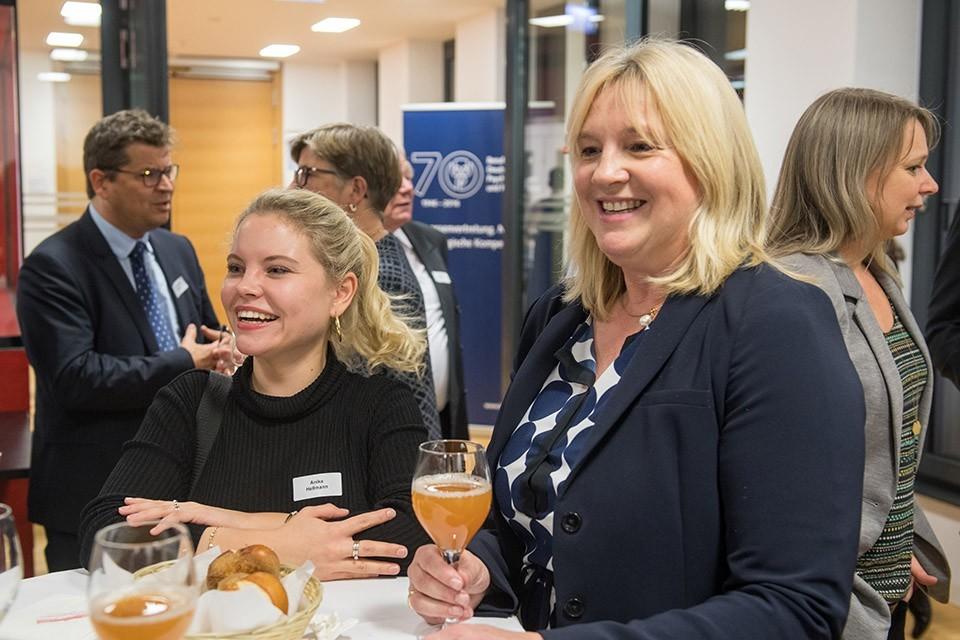 Anika Hellmann, ARD-Rechtsredaktion Hörfunk; Claudia Belke, Deutsche Chirurgiestiftung