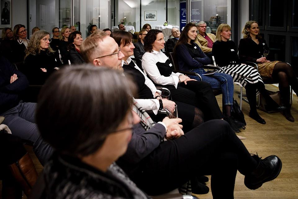 Spannung im Publikum während der Lesung